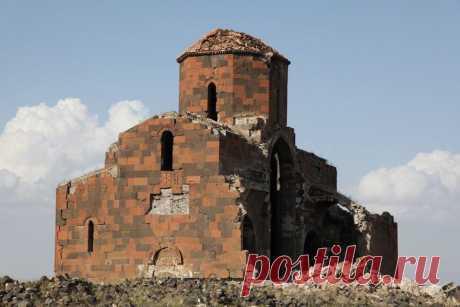 ՄՐԵՆԻ ԿԱԹՈՂԻԿԵ ԵԿԵՂԵՑԻ 639թ Լուսանկարված ՀՀ տարածքից։ Մի Անի էլ Մրենն է,սահմանի բերանին ու Թուրքիայի տարածքում մնացած Գմբեթավոր բազիլիկ տիպի հայկական եկեղեցի Kingdom of Armenia-Մեծ Հայքի Ararat Այրարատ նահանգի Շիրակ գավառում:Գտնվում է`Ախուրյանի աջափնյա գետեզրի մոտ,Բագարանից ոչ հեռու,պատմական Մրեն քաղաքի տարածքում:Սեբեոսի վկայությամբ կառուցվել է իշխան Դավիթ Սահառունու կողմից,շինարարությունն ավարտվել է 639-640թթ: Պատկանում է գմբեթավոր բազիլիկ եկեղեցիների տիպին,լայնությունը 20մ