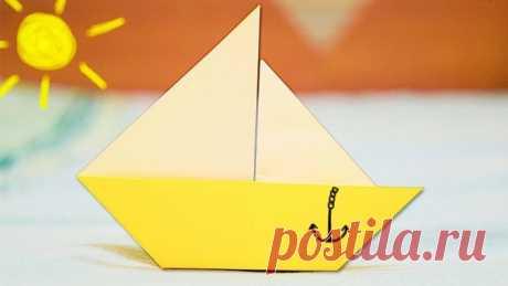 Как сделать бумажный кораблик Бумага с водой несовместимы: полностью размокнув, материал теряет форму, легко рвётся, рассыпается буквально в труху. И всё же кораблик из бумаги плотного сорта способен какое-то время плыть, уносимый водой весеннего ручейка в далёкое путешествие. Продлить жизнь игрушечному судёнышку реально, если