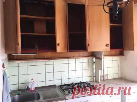 В миниатуюрной кухне сделали шикарный кухонный гарнитур во всю площадь. Фото До/После.