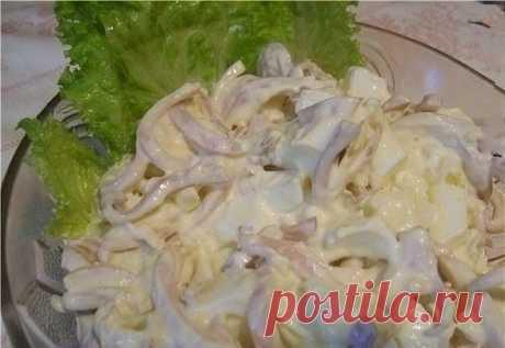Как приготовить очень вкусный салат из кальмаров с плавленым сыром - рецепт, ингредиенты и фотографии