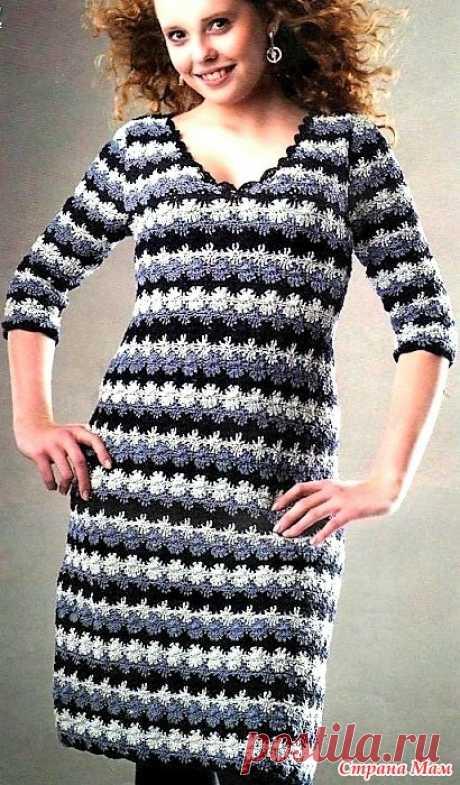 Платье в полоску из трех цветов. Это платье в полоску из трех цветов с треугольным вырезом и рукавами 3\4 смотрится очень стильно. Размер38\40 42\46 250 гр черной 200 гр голубой 200 гр белой льняной пряжи.Крючки n 3 и 4