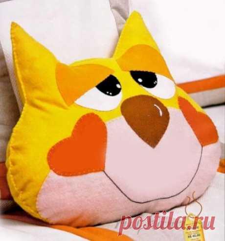 «El gato solar», el patrón de las almohadas - los juguetes por las manos.