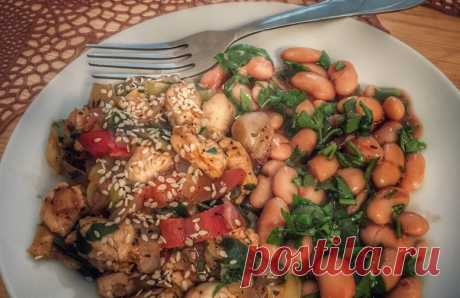 Полезный ужин: Фасоль с куриной грудкой в томатном соусе Распространенная в мировых кухнях курица с фасолью — блюдо сытное, вкусное, несложное в готовке, и низкокалорийное.