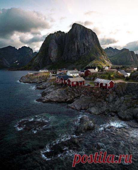 Хамнёй. Небольшая рыбацкая деревенька на Лофотенских островах в Норвегии. Часто ее называют одной из самых красивых деревень в мире.