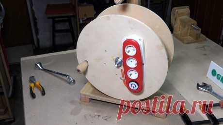 Как сделать катушку для провода из дерева своими руками Если вам надоело постоянно распутывать электрический удлинитель, то пора задуматься о катушке для его наматывания. На ней он никогда не запутывается, и всегда храниться в порядке. Кроме этого кабель на катушке служит дольше, собирается и разматывается быстрее. Основные материалы: Фанера; столярный