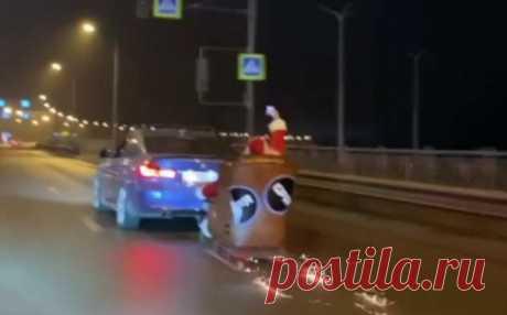 В Ростове-на-Дону водитель катал Деда Мороза на санях, прицепленных к машине. Его оштрафовали ❘ видео . Тут забавно !!!