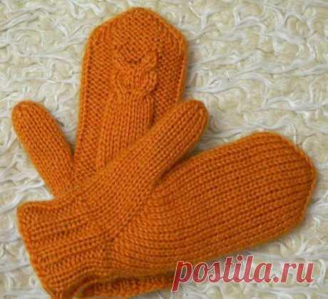 Уютные рукавицы, связанные спицами