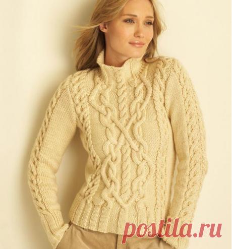 Бежевый вязаный свитер с аранами.
