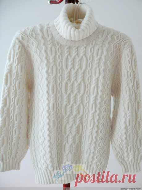 Белый мужской свитер с аранами связан спицами. Только схемы, выкройка. Без описания