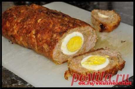 Мясной хлеб с яйцом Ингредиенты: Говядина и свинина - по 500гр Хлеб пшеничный - 100гр Лук - 2шт. Яйца - 5шт. Масло растительное - 1ст.л. Зелень петрушки Соль Перец Прованские травы  Приготовление: Мясо пропустите через мясорубку. Добавьте вымоченный хлеб, измельченный лук, яйцо, соль, прованские травы. Вымесите фарш. Форму для выпечки выстелите фольгой, смажьте маслом, выложите 1/2 часть фарша. По центру уложите вареные яйца. Сверху - оставшийся фарш. Запекайте в разогрето...