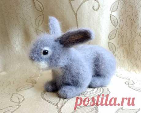 Серый кролик сделан из 100% мериносовой шерсти методом сухого валяния. Размер кролика 14 см в длину.