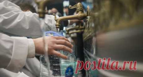 """Что можно делать со святой водой? - Православный журнал """"Фома"""" Когда и как можно пить святую воду? Можно ли ей умываться и освящать дома? Ответы на эти и другие вопросы в этом материале."""