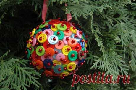 Предлагаем несколько интересных идей и мастер-классов как сделать новогодние украшения из пуговиц своими руками!