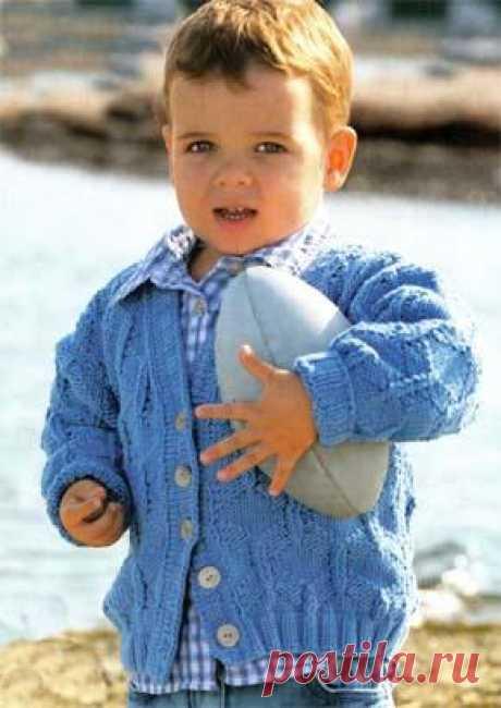 Вязание для детей. Вязаный кардиган с аранами для мальчика. Модель для вязания 33.