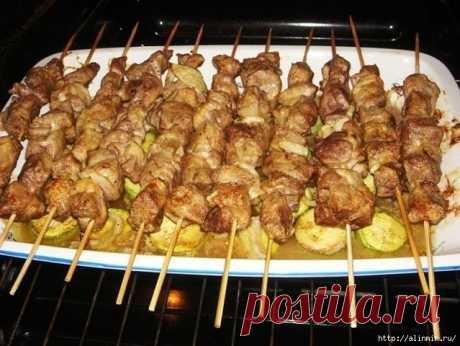 Куриный шашлык с картошкой в духовке = Филе куриное (из бедра) - 1,5 кг  Лук репчатый - 4 шт  Соль (по вкусу)  Перец черный (молотый, по вкусу)  Уксус (9%) - 50 мл  Картофель - 7 шт