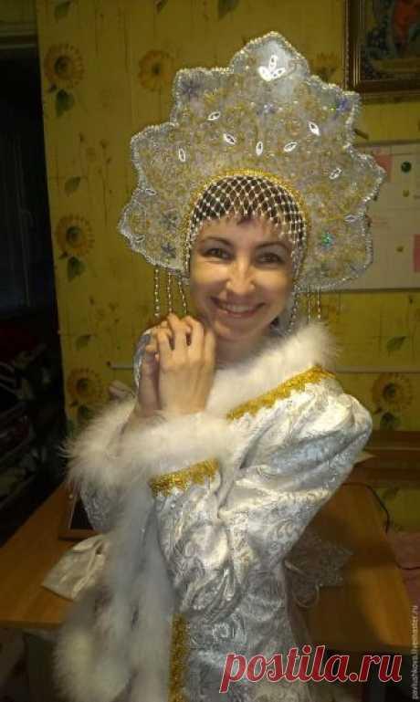 Шьем кокошник для Снегурочки Давно назревал мастер-класс по нашему прозрачному кокошнику... и назрел! Пусть это будет подарком всем мастерицам перед Новым годом! Мастер-класс участвует в конкурсе «Русский стиль 2015».