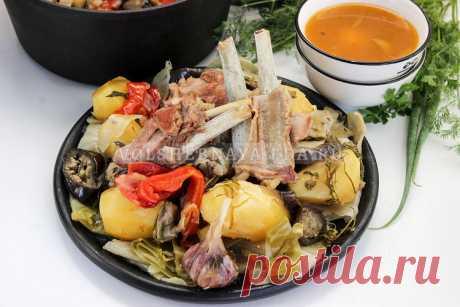 Басма Басма — одно из самых простых узбекских блюд. Готовится из баранины и из тех овощей, которые вы найдете в холодильнике. От начала и до конца все компоненты тушатся на пару, то есть в собственном соку, без обжарки.