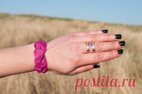 Летом можно и нужно носить все самое яркое и красивое, ведь согласитесь, зимой особо яркостью не похвалишься😜 плетеный браслет из натуральной, эластичной кожи, с застежкой кнопкой, пиши в директ или звоните по вопросам заказа  #браслет #фиолетовыйбраслет #фиолетовыйцвет #украшениеизкожи