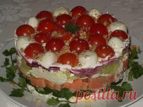 Салат «Тайный приворот» — оригинальность во всем!   Шикарный салат!     Ингредиенты: яйца — 3 штуки,свежий огурчик — 1 штуки,сельдерей — 3 черешка,лук — 1 средняя головка,пекинская капуста — 4-5 листьев (или любого другого листового салата),слабосоле…