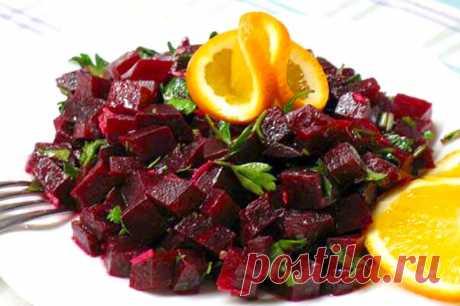 Свекольный салат по-итальянски     Ингредиенты:   Свекла (отварная, небольшая) — 5 штук Уксус (бальзамический или винный) — 1 ст. л. Чеснок — 1-2 зуб. Зелень (Петрушка или базилик) Апельсин — 0,5 штук Масло оливковое — 5 ст. л. Сол…