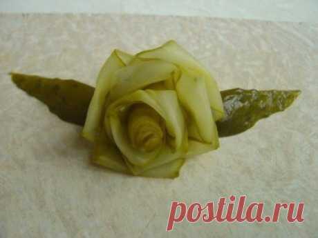 Розочка из соленого или маринованного огурчика