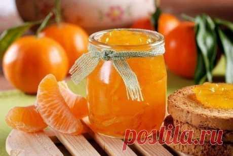 Ароматное варенье из мандаринов?  Ингредиенты: 1 кг мандаринов 1 крупный апельсин 1 кг сахара 1 ст. воды 2 ч. ложки молотого имбиря 1 пакетик ванилина  Приготовление: 1. Очистите мандарины от кожуры и разделите на отдельные дольки. Точно так же следует поступить с апельсином. 2. Уложите фрукты в общую емкость и залейте стаканом воды. 3. Через 8 часов поставьте заготовку на медленный огонь и добавьте имбирь. 4. После закипания смесь следует варить полтора часа, постоянно ее...