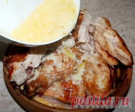 CHkmeruli - la receta de la foto de Chkmeruli es un plato muy sabroso de la cocina georgiana, que se prepara de la gallina. La gallinita asada bajo la salsa de leche-de ajo se deshace en la boca simplemente. Es es muy sabroso lavash (o el pan blanco), mojando en vkusneyshy la salsa y mordiendo la gallinita rozagante. CHkmeruli es posible comer en caliente, y en frío...