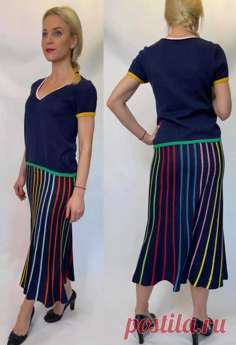 Очень интересное решение полосочки в костюме Юбка связана на машине в технике частичного вязания для того, чтобы расклешить юбку книзу. Понятно, что юбка связана поперек. Такую юбку можно связать и на спицах вручную. Юбка связана лицевой гладью. Но если есть желание, то полоски можно выделить платочной вязкой или изнаночными рядами. Кстати, если использовать платочную вязку или изнаночное вязание в том ряду, где подхватываются оставленные петли при частичном вязании, можно...
