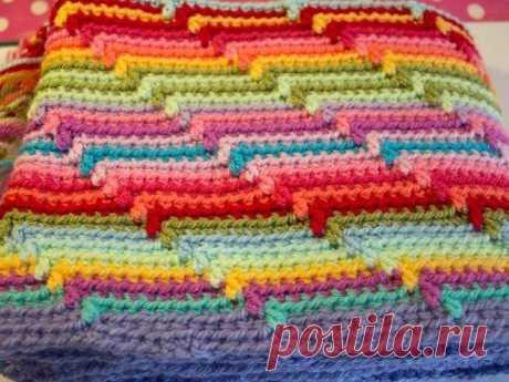 Полосатое вязаное одеяло крючком.