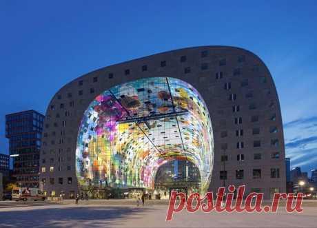 Современная Сикстинская капелла Мультимедийный художник Арно Кунен рассказал о том, как шесть лет назад работал над грандиозным проектом по украшению здания Марктхал в Роттердаме. На внутренней стороне купола, под которым расположен рыночный зал, была установлена огромная фреска Рог изобилия. Ее размер - 11 000 кв.…