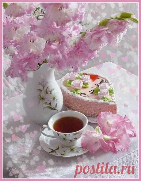 Пусть этот день начнётся с доброты и с чьей-то удивительно улыбки Кому-то, кто-то принесет цветы Или пришлет записку на открытке А кто-то приготовит крепкий чай добавив пару ломтиков лимона и скажет «Больше не скучай… Когда ты так грустишь, мне тоже плохо» А кто-то поцелует нежно в лоб обнимет крепко хрупкие ладошки и растворив ноябрьский озноб в мечтах и в нежности и в счастье понемножку Пусть этот день начнётся с теплых глаз и расцветая радостью на сердце Пусть кто-то ул...