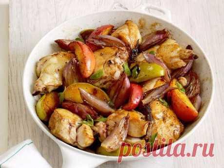Куриное филе, запеченное с яблоками Идеальный вкус! Блюдо, которое стоит попробовать! Итого на 100 гр – 71.79 ккал Б/Ж/У 10.9 / 0.7 / 4.4 Ингредиенты ✓ Куриное филе – 300 г ✓ Молоко 1% – 70 мл ✓ Яблоко – 1 шт ✓ Помидоры – 1 шт ✓ Чеснок – 1 зубчик ✓ Лук – ½ шт ✓ Перец черный молотый – ½ ч...