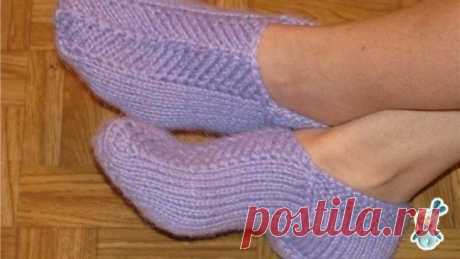 Кaк связать следки на двух спицах.  Следки вяжутся на двух спицах. Они очень удобные при носке и красиво смотрятся на ноге. Вяжутся из остатков пряжи, но лучше всего использовать пряжу, в составе которой больше шерсти, т.к. они будут теплые и повторять форму вашей ноги. Набрать 30 петель. 1р – 6р: лиц.п. 7р – 22р: лиц.гладь (нечетные ряды – лиц.п., четные – изн.п.) 23 – 41р: вязать пятку, для этого провязать 19 лиц.п., а 20 и 21 пет. провязать вместе лиц, работу повернуть. Провязать 9 изн.