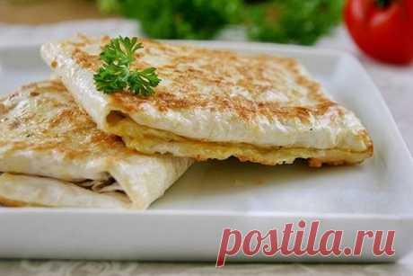 Конвеpтики из лаваша с курицей и сыром  на 100грамм - 204.9 ккалБ/Ж/У - 14.81/4.24/25.68  Ингредиенты: Лаваш - 2 шт Куриное филе - 150 г (вареное) Сыр - 100 г Яйцо - 1 шт Укроп - по вкусу  Приготовление: Сделайте начинку. Сыр натрите на мелкой тёрке. Куриное филе нарежьте маленькими кубиками. Промытый укроп измельчите. Все ингредиенты перемешайте. Каждый кусок лаваша разрежьте на 3 прямоугольника. В каждый прямоугольник уложите по 2-3 столовые ложки начинки. Сверните лаваш...