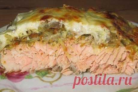 """Рыбка в """"шубе"""".  Рыбка в хрустящей картофельной корочке вполне может стать одним из наиболее любимых блюд в вашей семье.  Для приготовления рыбы в картофельной корочке понадобится:  филе рыбы - 6 шт.;  картофель - 7-8 шт.;  сыр - 70 г;  яичный белок - 2 шт.;  мука - 4-6 ст. л.;  соль, перец, специи;  масло для жарки."""