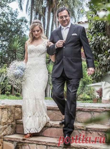 Обалденное вязаное свадебное платье (без схем, но есть фото процесса)