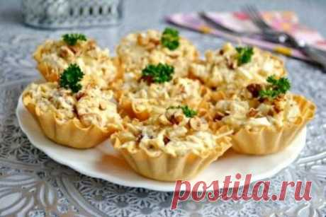 Chicken and pineapple salad in tartlets