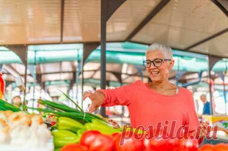Овощи, от которых стоит отказаться после 50 Овощи крайне полезны для здоровья, особенно если речь идет о питании людей постарше. Но есть ли исключения? Не так давно мы рассказывали, о том, с каким фруктами стоит быть поосторожнее, если вам за пятьдесят. С овощами та же история: они прекрасны и полезны. Но только в том случае, если у вас ничего не болит, колет, режет, пучит или запирает. Как получить достаточно витаминов, но не раздраконить желудок, печень или желчный пузырь?