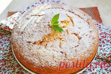 Очень вкусный морковный пирог! Пальчики оближешь!  Для приготовления нам необходимо: 2 крупные морковки; 1/2 стакана подсолнечного масла без запаха; 1/2 стакана сахара; 2 яйца; 1 стакан муки; 1 чайная ложка разрыхлителя; сахарная пудра — 1 столовая ложка Приготовление: Взбиваем 2 яйца и пол стакана сахара при помощи венчика до однородной пены. Желательно, чтобы сахар при этом успел раствориться. Далее добавляем  половину стакана подсолнечного рафинированного масла.  Морковку чистим,