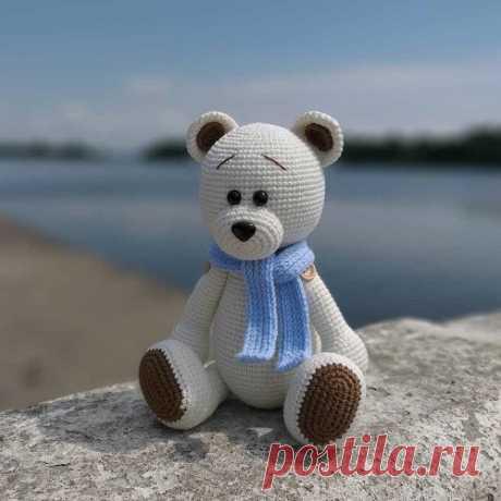 Белый медвежонок крючком | AmiguRoom Очаровательный белый медвежонок амигуруми от Натальи Андросовой. Высота готового мишки около 20 см при использовании крючка №1.75 и пряжи YarnArt Jeans.