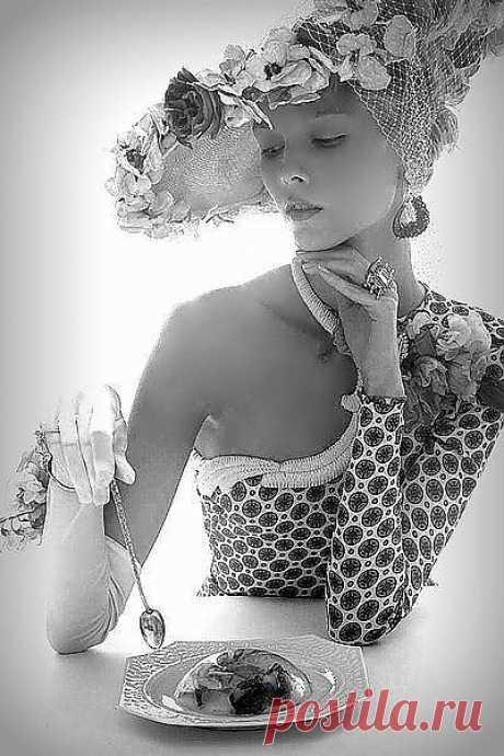 Моя вина за то,что я красива! Слегка распущенна,ранима и вольна.Я виновата в том,что горделива.Но я ведь женщина,а значит я права.Я виновата в том ,что ты боишься меня терять,меня любить,меня забыть.Но я ведь женщина,а значит,ты стремишься.Меня лелеять,верить и со мною быть.(волшебная страна книг к.н.)