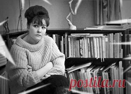 """Есть поэзия, к которой ты приходишь с годами. А есть и та, что приходит к тебе сама. Каждый год идет по ТВ, в последний день декабря кого-то восхищающий, а кому-то - опостылевший - фильм Э.Рязанова """"Ирония судьбы"""". Есть в нем и то, что отталкивает. И то, что завораживает. Например, потрясающее стихотворение Беллы Ахмадулиной 1959 года - """"По улице моей который год"""". Девушке было 22 года, когда она набросала эти строчки на лист бумаги."""