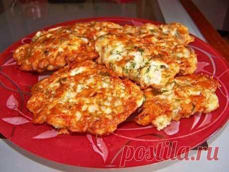 Куриные оладьи с сыром на кефире Куриные оладьи с сыром на кефире. 2 куриных филе среднего размера, нарезанные маленькими кубиками, 100 г твердого сыра, нарезанного маленькими кубиками