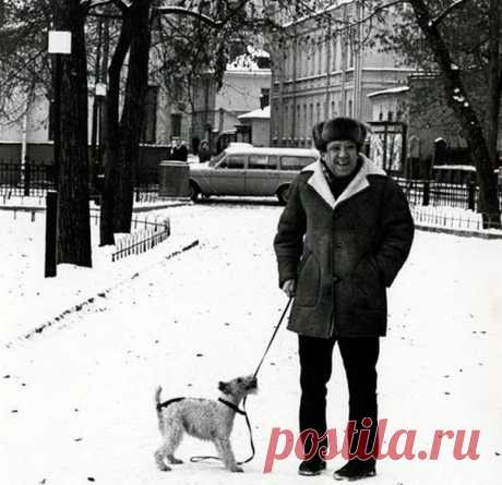 Незабываемый актёр со своей собачкой на Патриарших.