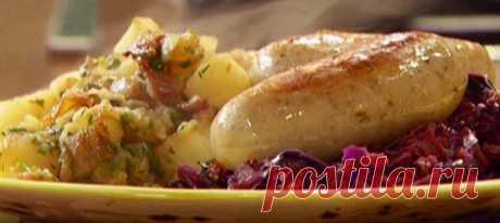Тушеные мюнхенские колбаски с картофелем в немецком стиле. Рецепт с фотоинструкцией Положить колбаски в сковороду, добавить примерно четверть стакана воды, сбрызнуть маслом. Довести воду до кипения, уменьшить огонь и готовить колбаски, пока вода полностью не испарится. За это время они должны будут приобрести легкий золотистый оттенок. Снять сковороду с огня и отставить.