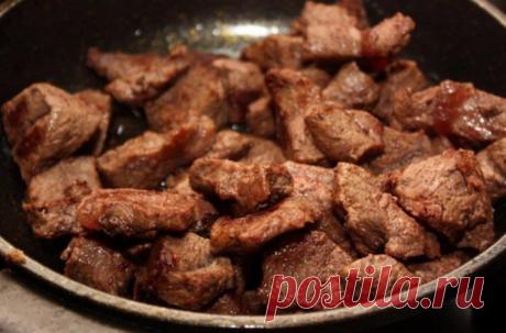 Говядина запеченная в духовке: ястала королевой приготовления мяса =говядина — 800 г средняя луковица — 1 шт оливковое масло — 1 ст.л. паприка — 1 ч.л. Соевый уксус — 3 ст.л. чёрный молотый перец по вкусу