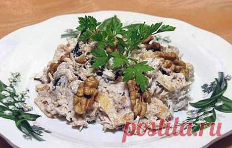 Салат с курицей и черносливом  Понадобится: -300 г куриного филе -5 яиц -150 г чернослива -100 г грецких орехов -100 г твердого сыра -майонез для заправки -соль по вкусу -зелень для украшения