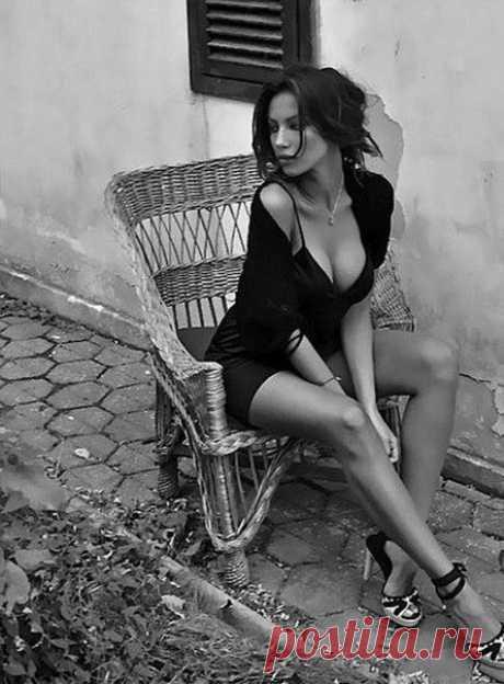 Я хочу быть...последней женщиной... Окончательной...заключительной... Не уболтанной...а обвенчанной... Ясным светом...твоей обители...  Добрым утром.. и тихой пристанью... И сводящим с ума...желанием... Я хочу быть...контрольным выстрелом... И последним твоим...признанием...  Я хочу быть... твоими крыльями... Этим лёгким надёжным ...бременем... Я хочу быть ...твоими былями... В рамках времени...и безвременно...  Не умею я жить ...на меньшее... Что ты смотришь в глаза...так...
