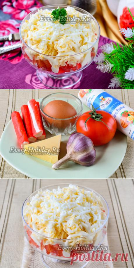 """La ensalada \""""Tierno\"""" con las varitas de centolla, los tomates, el huevo y el queso"""