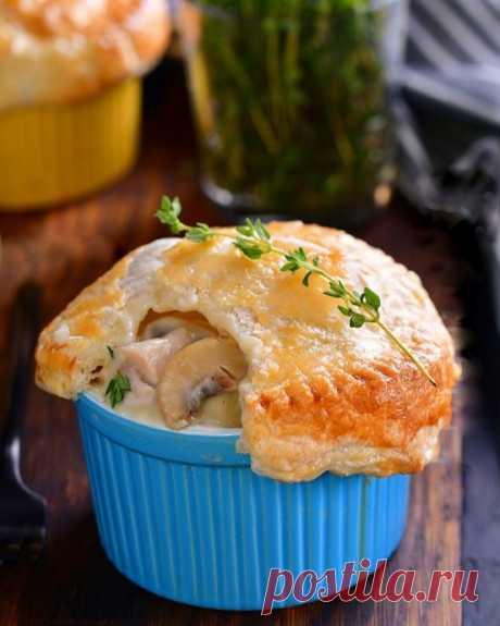 Курица с грибами в сливочном соусе под слоёным тестом